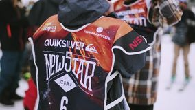 Snowboarders и лыжники внутри располагаются на лыжном курорте Горы состязания Спорт видеоматериал