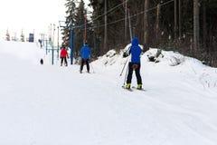 Snowboarders и лыжники поднимают на подъем вверх Стоковое Фото
