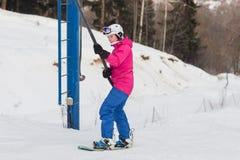 Snowboarders и лыжники поднимают на подъем вверх Стоковые Изображения