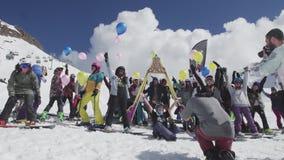 Snowboarders и лыжники представляют с воздушными шарами к оператору лыжа курорта случай акции видеоматериалы