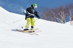 Snowboarders и лыжники freeride конкуренций стоковые изображения