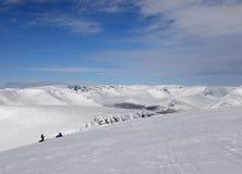 Snowboarders на верхней части гор зимы Стоковые Изображения RF