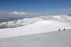 Snowboarders на верхней части гор зимы Стоковые Изображения