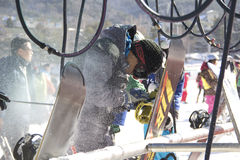Snowboarders очищая сноуборды Стоковая Фотография RF