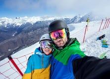 Snowboarders пар делая selfie на камере Стоковое Изображение