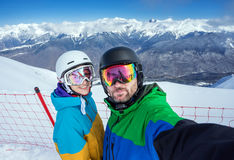 Snowboarders пар делая selfie на камере Стоковая Фотография RF