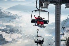 Snowboarders пар на фуникулере в Bukovel стоковая фотография rf