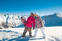 2 snowboarders подруг в высокогорных горах Стоковая Фотография