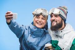Snowboarders принимая selfie Стоковые Изображения
