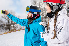 Snowboarders принимая selfie Стоковое Фото