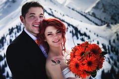 Snowboarders свадьбы соединяют как раз пожененный на зиме горы Стоковое фото RF