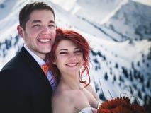 Snowboarders свадьбы соединяют как раз пожененный на зиме горы Стоковые Фото
