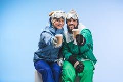 Snowboarders с кофе, который нужно пойти Стоковое фото RF