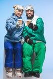 Snowboarders с кофе, который нужно пойти Стоковое Фото