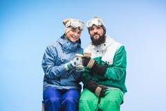 Snowboarders с кофе, который нужно пойти Стоковое Изображение