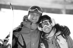 Snowboarders afortunados dos pares em um vale da montanha Fotos de Stock Royalty Free
