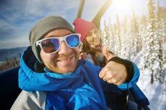 Snowboarders alegres del grupo en el centro turístico de montaña Fotos de archivo