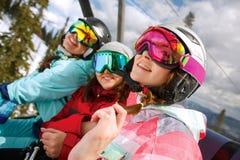 Snowboarders alegres del grupo en el centro turístico de montaña Fotografía de archivo libre de regalías
