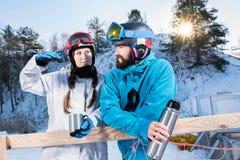Snowboarders che bevono tè Fotografia Stock