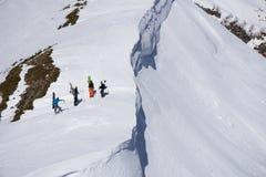 Snowboarders che camminano in salita per il freeride, sport estremo Immagini Stock Libere da Diritti