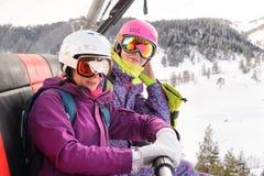 Snowboarders de las mujeres fotografiados en el teléfono Fotografía de archivo