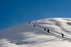 Snowboarders, die herauf den Berg gehen Lizenzfreies Stockbild