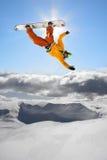 Snowboarders die tegen blauwe hemel springt Royalty-vrije Stock Foto's
