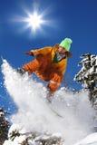Snowboarders die tegen zon springt Royalty-vrije Stock Foto's
