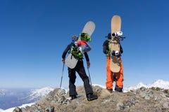 Snowboarders die zich bovenop een berg bevinden Royalty-vrije Stock Foto's