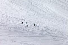 Snowboarders e esquiadores fora da inclinação da pista Foto de Stock Royalty Free