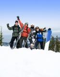 Snowboarders e sciatori sulla montagna fotografia stock libera da diritti