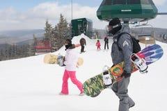 Snowboarders e Skiiers na montanha do sapato de neve, West Virginia Fotografia de Stock