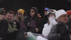 Snowboarders en de skiërs die op gebeurtenis letten kamperen binnen Het van brandstof voorzien van de benzinepomp applaus Pret stock video