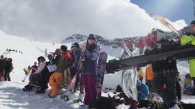 Snowboarders en de skiërs juichen bij de skitoevlucht toe Wedstrijdglimlach uitdaging stock footage