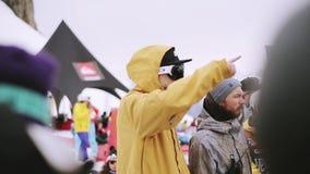 Snowboarders en de skiërs kamperen binnen bij de skitoevlucht Bergen Sportevenement stock video