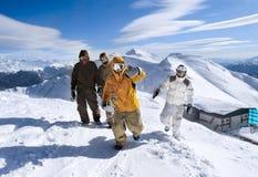 Snowboarders en las montañas Imágenes de archivo libres de regalías