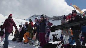 Snowboarders en skiërs bij de skitoevlucht De dans van het wedstrijdmeisje Glimlach uitdaging stock footage