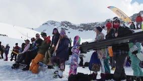Snowboarders en skiërs bij de skitoevlucht Wedstrijd Zonnige dag Glimlach uitdaging stock videobeelden