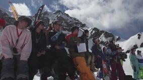 Snowboarders en skiërs bij de skitoevlucht Wedstrijdapplaus Glimlach uitdaging stock footage