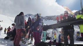 Snowboarders en skiërs bij de skitoevlucht zonnig Meisjesdans Glimlach uitdaging stock footage