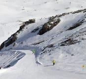 Snowboarders en skiërs op verzorgde helling Stock Afbeelding