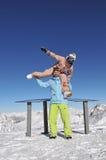 Snowboarders felices en estación de esquí Fotos de archivo