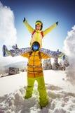 Snowboarders felizes que têm o divertimento na montanha Fotografia de Stock Royalty Free