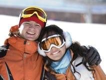 Snowboarders fortunati delle coppie in una montagna Fotografie Stock Libere da Diritti
