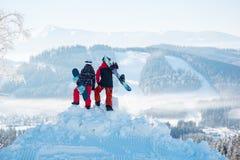 Snowboarders geniet van het sneeuwwitte landschap van bergen en bossen de Karpaten Stock Afbeelding