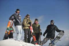 Snowboarders gruppieren die Entspannung und genießen Sonne Lizenzfreie Stockbilder