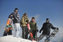 Snowboarders grupują target16_0_ i cieszą się słońce Obrazy Royalty Free