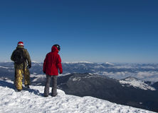 Snowboarders i bergen arkivfoto