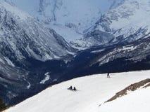 Snowboarders na altura 2 000 medidores em Dombay Fotos de Stock