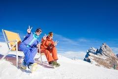 2 snowboarders na górze горы имея потеху сидя на салоне фаэтона стула Стоковое фото RF
